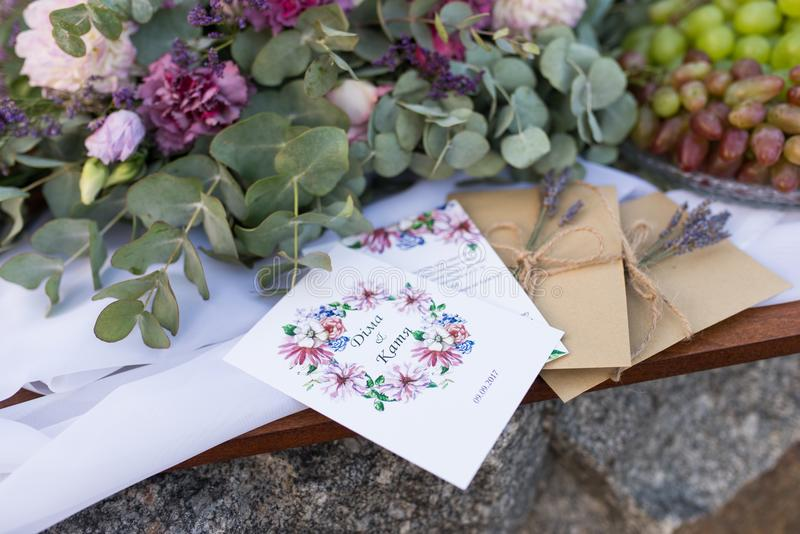 Bröllopinbjudningar i hantverkkuverten med grupper av lavendel gifta sig för trappa för stående för brudbegreppsklänning bröllop fotografering för bildbyråer