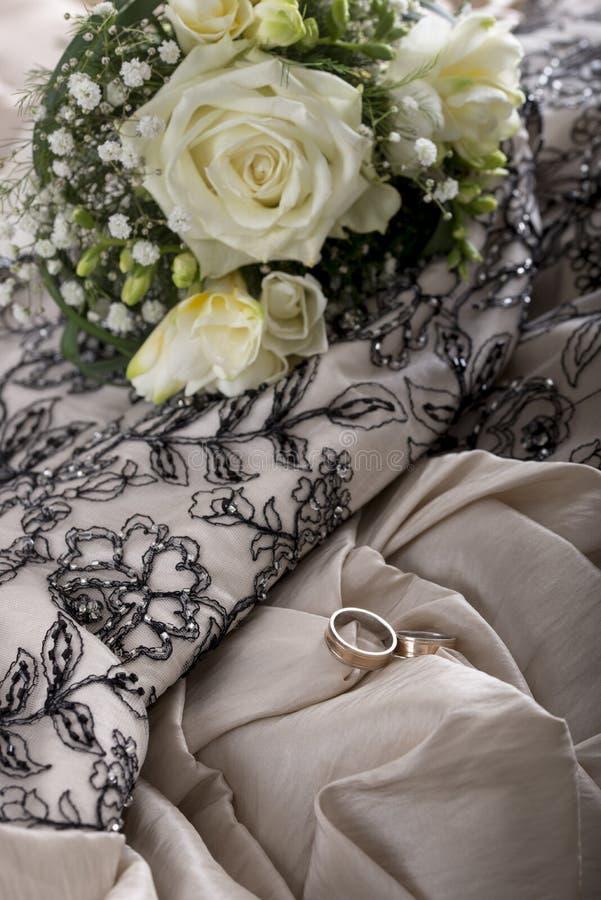 Bröllopinställning med den härliga brudbuketten av blommor och två royaltyfri bild