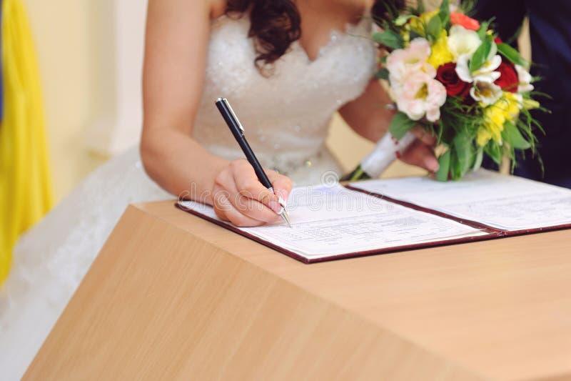 Bröllopkontraktskrivning royaltyfri foto