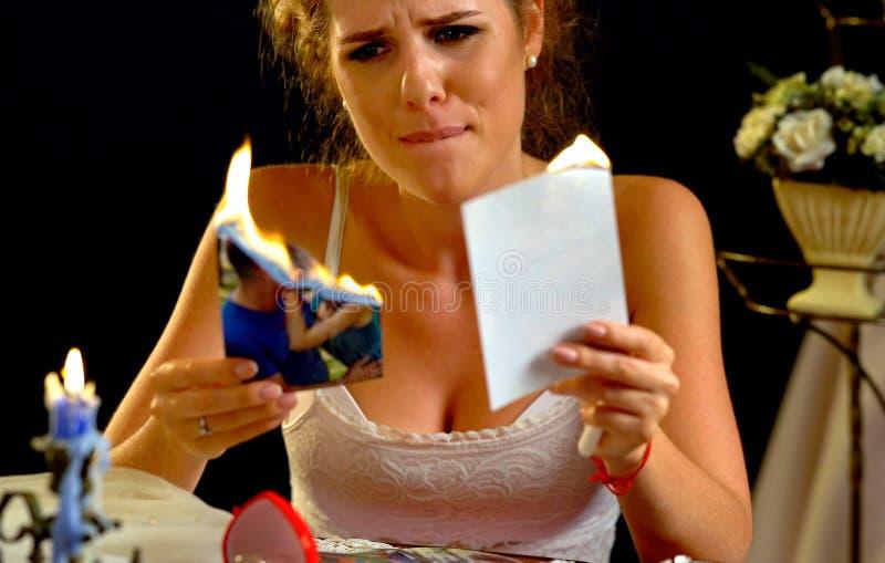Bröllopminnen Kvinna för bruten hjärta Familjen bryter upp royaltyfria foton
