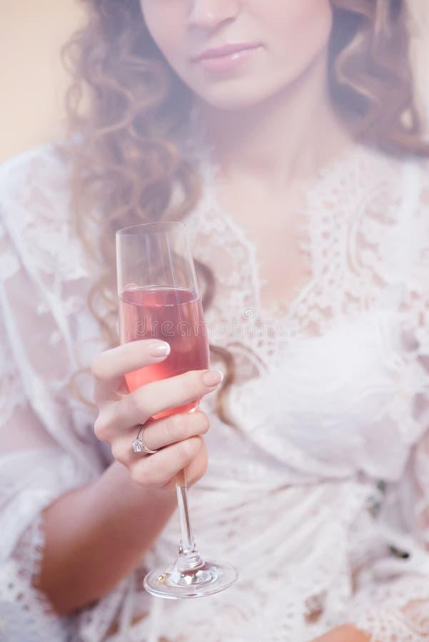 Bröllopmorgon av en ung lockig-haired brud arkivbilder