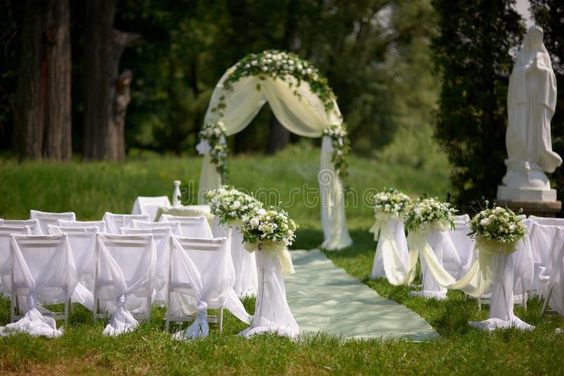 Bröllopordning av platser längs gången royaltyfria foton