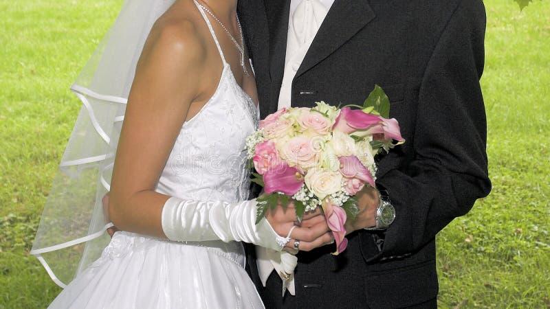 Bröllopron räcker in arkivfoto