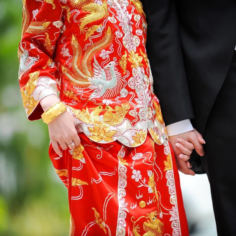 Bröllopsklänning för traditionell kines och västra smoking royaltyfria foton