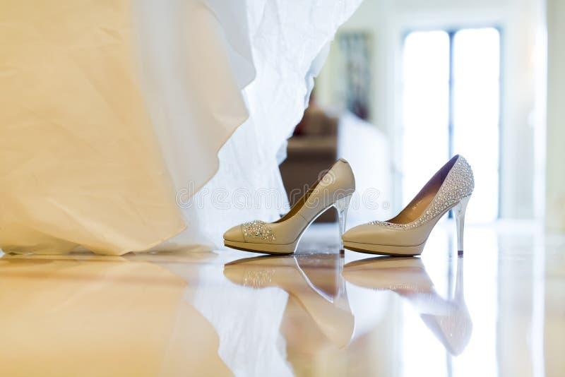 Bröllopsklänning- och bröllopskor royaltyfria bilder