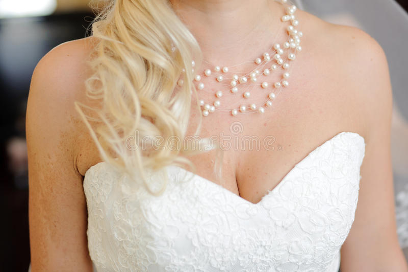 Bröllopsklänning- och pärlapärlor fotografering för bildbyråer
