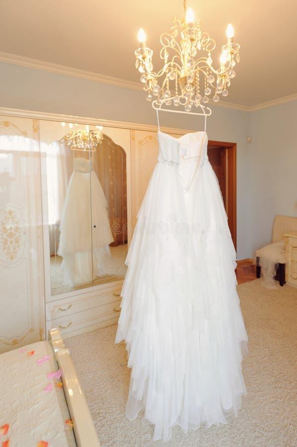 Bröllopsklänning på lyster royaltyfri foto