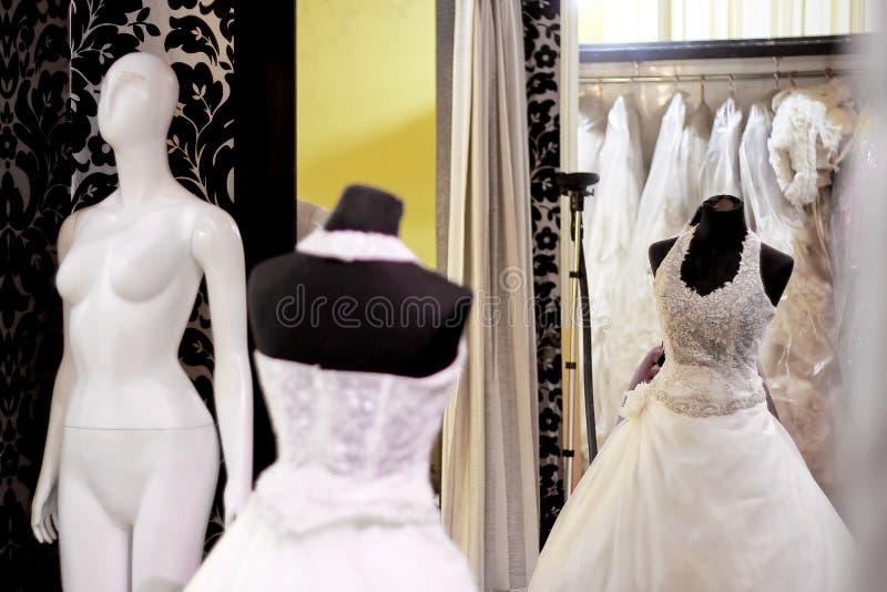 Bröllopsklänningar på skärm royaltyfri foto