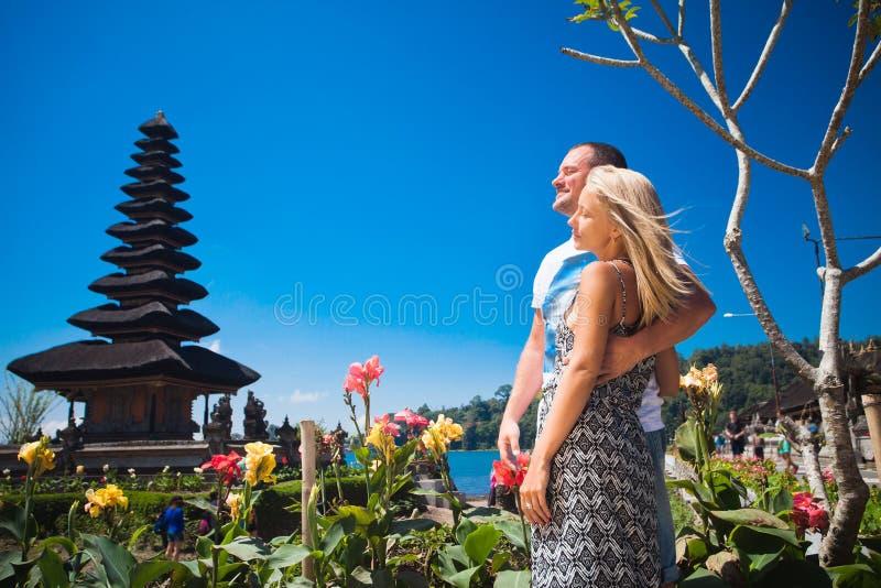 Bröllopsresapar nära Balinesetemplet arkivfoto