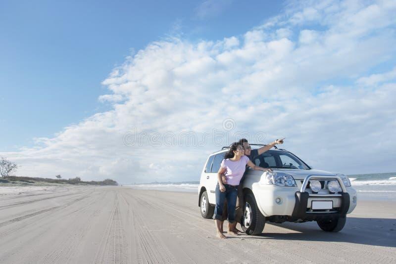 Bröllopsresavägtur på stranden royaltyfri foto