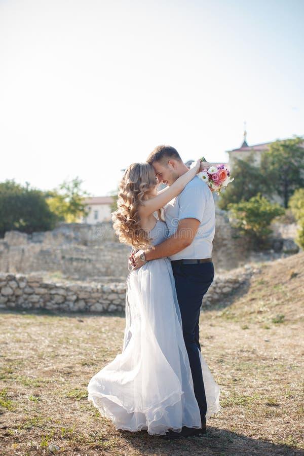Bröllopstående av bruden och brudgummen utomhus i sommar royaltyfri foto