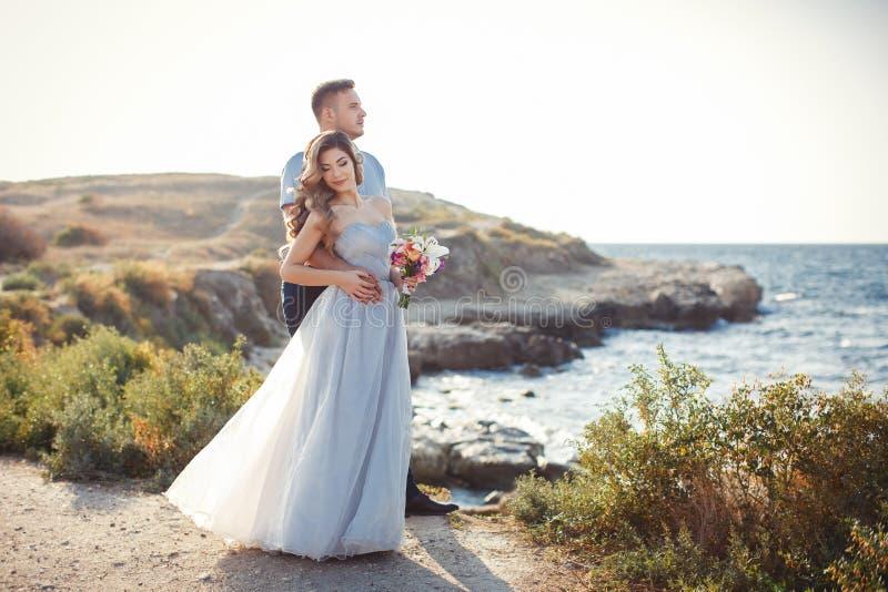 Bröllopstående av bruden och brudgummen utomhus i sommar arkivfoto