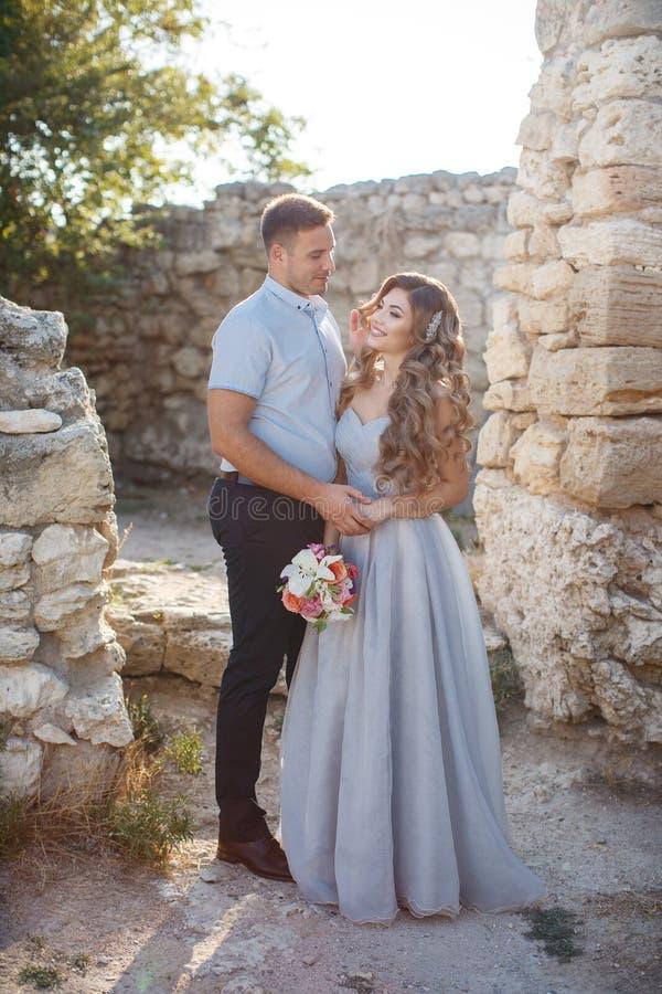 Bröllopstående av bruden och brudgummen utomhus i sommar royaltyfria bilder
