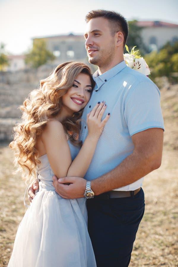 Bröllopstående av bruden och brudgummen utomhus i sommar arkivfoton