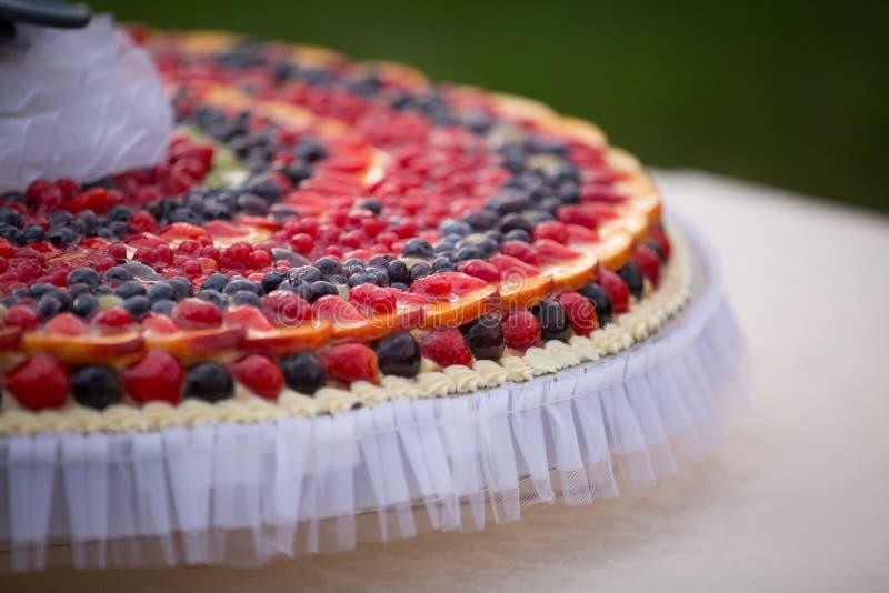 Bröllopstårta av frukter arkivfoto