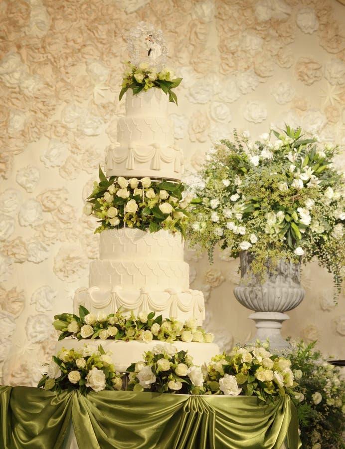 Bröllopstårta med blommagarneringar royaltyfri bild
