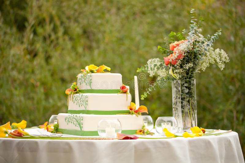 Bröllopstårta med blommor royaltyfri fotografi