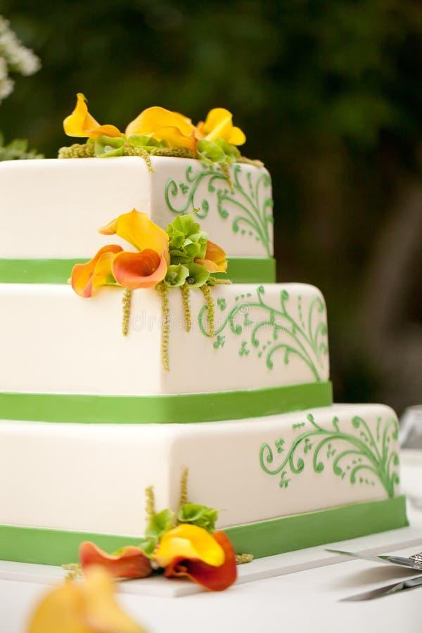 Bröllopstårta med blommor arkivbild