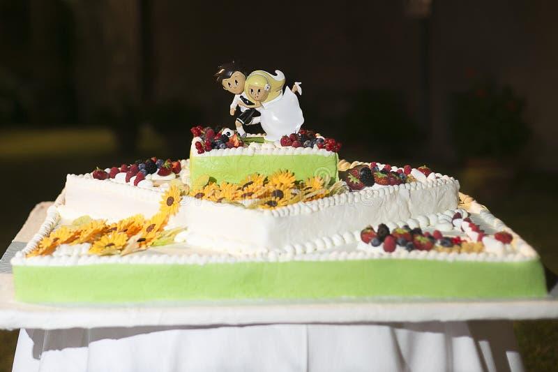 Bröllopstårta med blommor royaltyfria foton