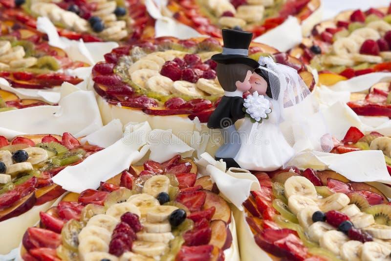 Bröllopstårta med frukter royaltyfri fotografi