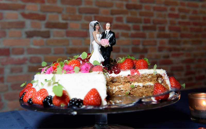 Bröllopstårta med jordgubbar royaltyfria bilder