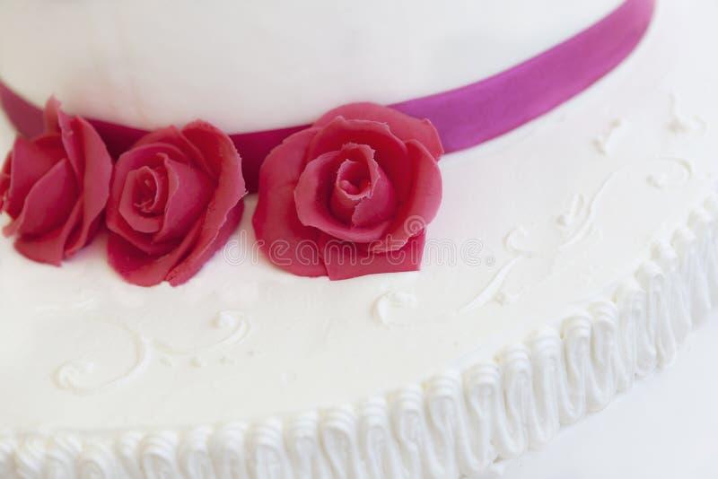 Bröllopstårta med rosor fotografering för bildbyråer