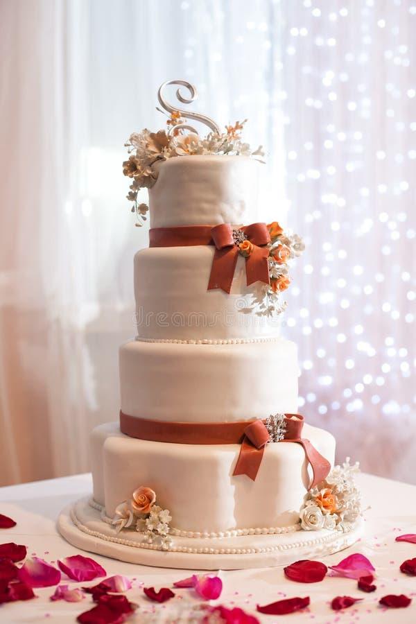 Bröllopstårta på tabellen arkivbilder