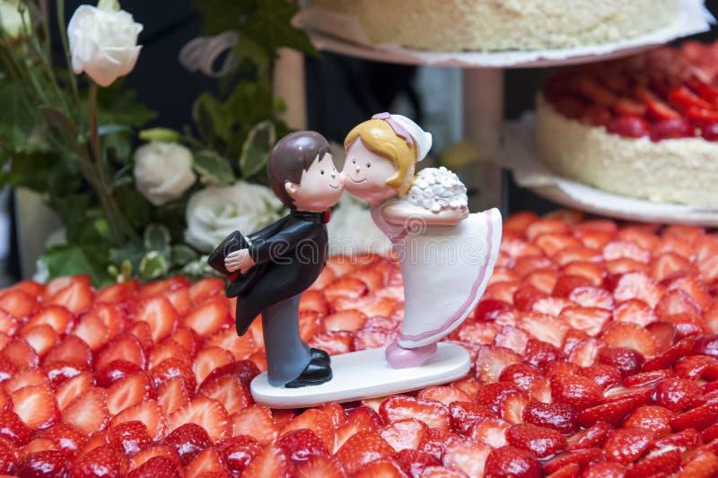 Bröllopstårtastatyetter royaltyfria foton