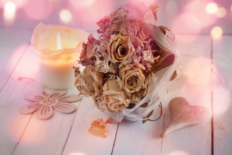 Bröllopstilleben med den torkade buketten av rosor arkivbilder