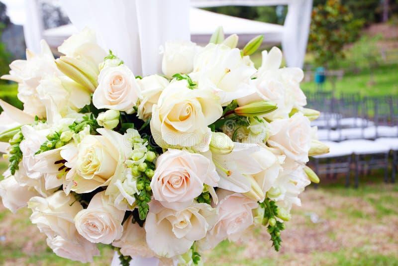 Bröllopstort festtält med buketter fotografering för bildbyråer