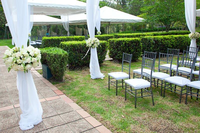 Bröllopstort festtält med buketter royaltyfria foton