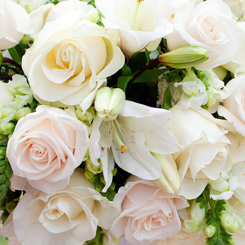 Bröllopstort festtält med buketter royaltyfria bilder