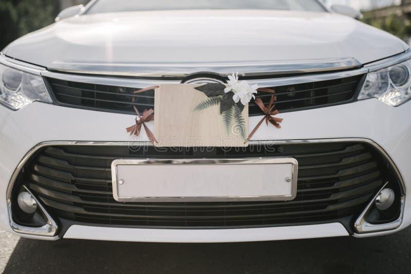 Brölloptecken, garneringar och tillbehör på bilen royaltyfria foton