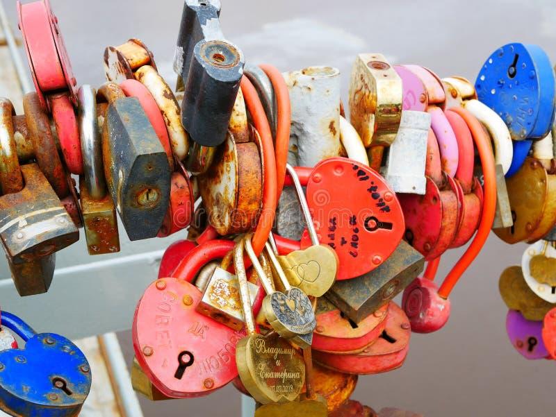 Brölloptradition som hänger lås på bron royaltyfria bilder