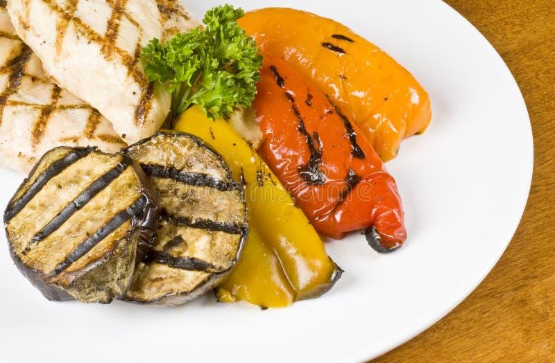 bröst blir rädd grillade grönsaker arkivfoto