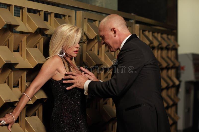 bröst som griper kvinnan för man s royaltyfria bilder