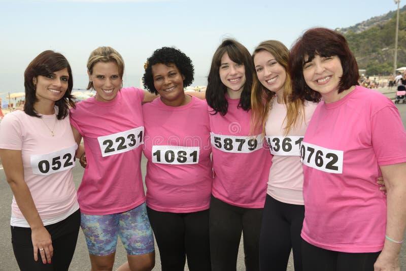 Bröstcancervälgörenhetlopp: Kvinnor i rosa färger arkivfoton