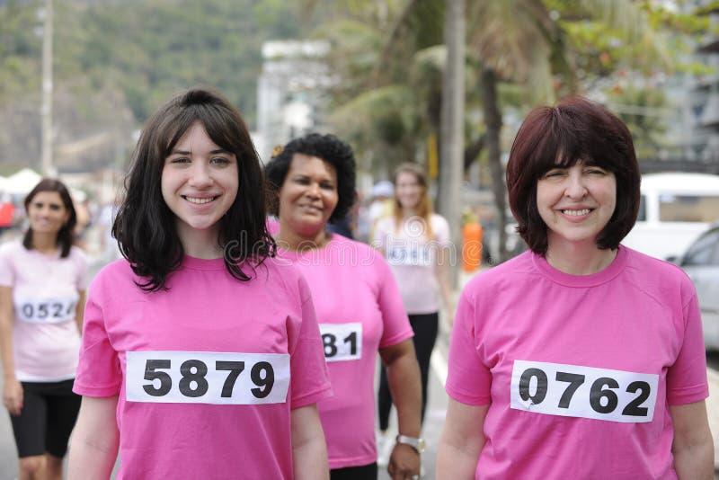 Bröstcancervälgörenhetlopp: Kvinnor i rosa färger royaltyfri bild