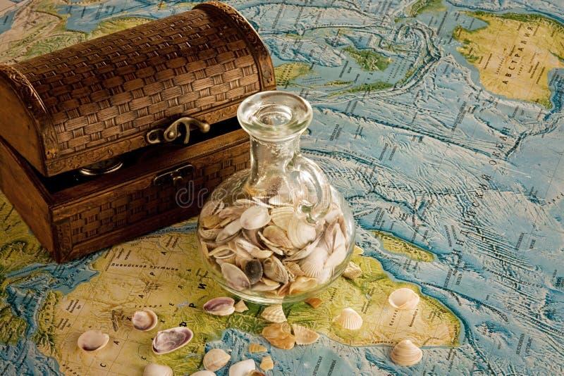 bröstkorgtillbringarehavet shells trä royaltyfria bilder