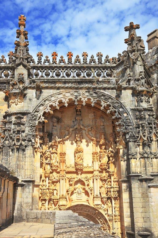 Bröstvärnet och tornen i medeltida slott arkivbild
