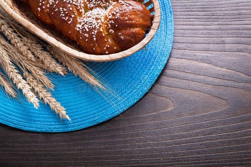 Brötchen in den Weidenkorb-Weizenroggenohren mit geflochtem stockbilder