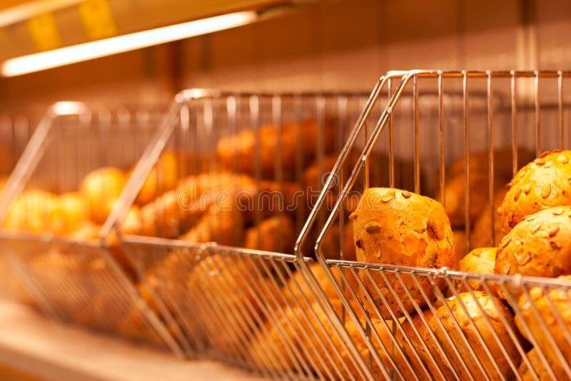 Brötchen in der Bildschirmanzeige einer Bäckerei stockbilder