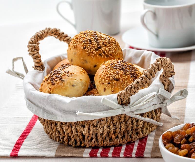 Brötchen in einem Korb gedient zum Frühstück stockfotografie