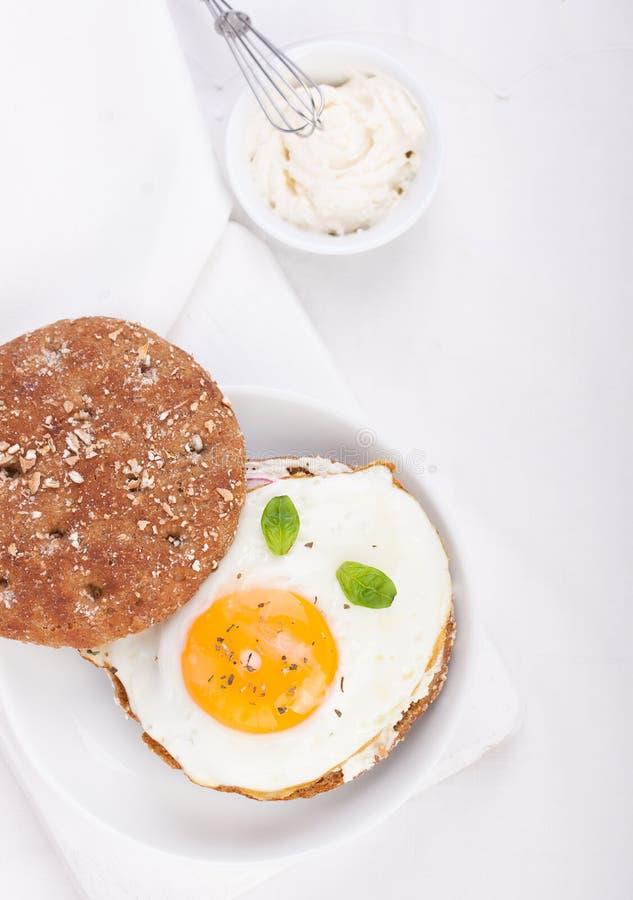 Brötchen mit Ei, Hüttenkäse und frischem Basilikum lizenzfreie stockfotografie