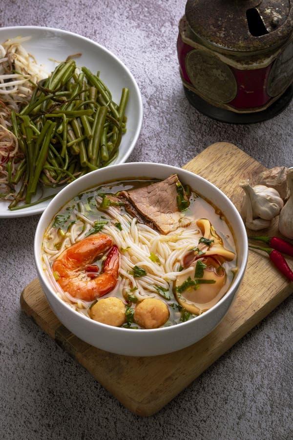 Brötchen thailändischer Tom Yum Thailändische traditoinal Nudel gekocht auf vietnamesische Art Wirklich würzig, ein wenig sau stockfoto