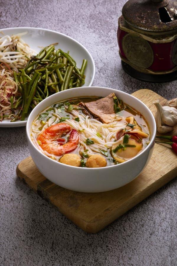 Brötchen thailändischer Tom Yum Thailändische traditoinal Nudel gekocht auf vietnamesische Art Wirklich würzig, ein wenig sau stockbilder