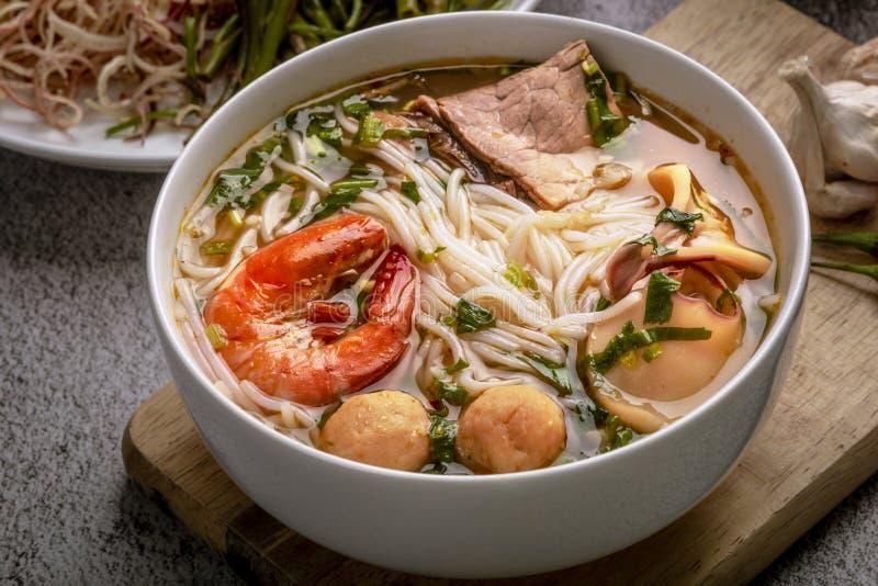 Brötchen thailändischer Tom Yum Thailändische traditoinal Nudel gekocht auf vietnamesische Art Wirklich würzig, ein wenig sau lizenzfreies stockfoto