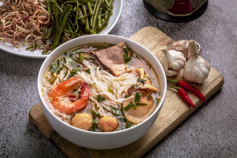 Brötchen thailändischer Tom Yum Thailändische traditoinal Nudel gekocht auf vietnamesische Art Wirklich würzig, ein wenig sau lizenzfreie stockfotografie