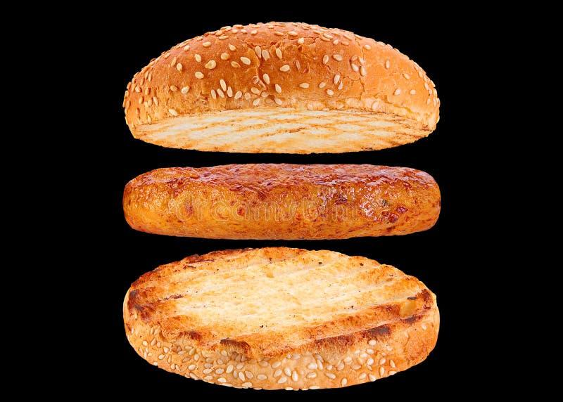 Brötchen- und Hühnerrissolebestandteilhamburger stockfotos