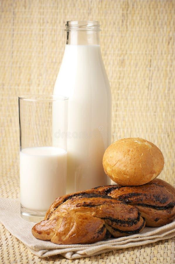 Brötchen und Milch lizenzfreies stockbild